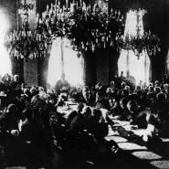 Der amerikanische Präsident Woodrow Wilson bei seiner Ansprache vor den Delegierten der Pariser Friedenskonferenz am 28. Juni 1919