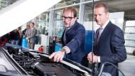 Verkehrsminister Dobrindt (l.) will die Abgaswerte von Autos stärker kontrollieren.