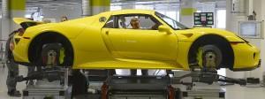 Porsche-Mitarbeiter überprüfen einen 918 Spyder (Archivbild).