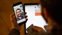 Hallo, Bank: Mit der Smartphone-Kamera und dem Ausweis in der Hand können sich potentielle Kunden im Internet ausweisen.