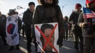 Nicht überall stößt die Annäherung zwischen Nord und Süd auf Begeisterung: Südkoreanische Demonstranten protestieren gegen Kim Jong-un.