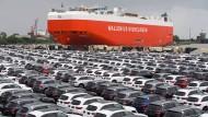 Fahrzeuge der Marke Mercedes-Benz warten am Bremerhaven auf ihre Abfertigung.