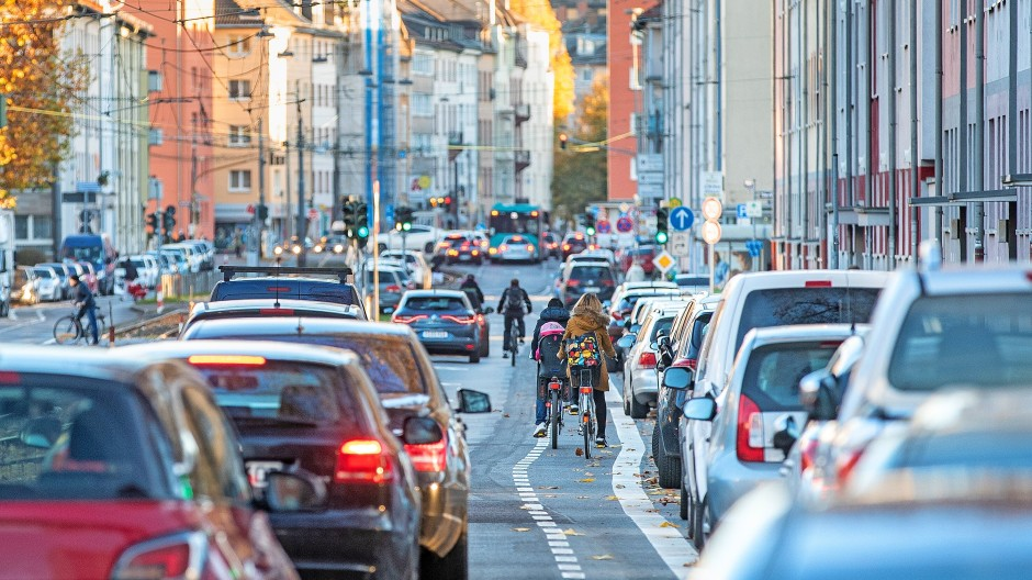 """Wer traut sich schon, vor Autos herzuradeln? Das ist in dieser Straße in Frankfurt aber so gedacht, Fahrräder und Autos teilen sich die Spur und Autos dürfen Räder nicht überholen. Was Verkehrsteilnehmer hier für einen Radweg halten, ist die """"Dooring Zone"""" des Parkstreifens."""