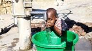 In Malawi ist eine schlechte Wasserversorgung immer noch alltäglich. Hilfsorganisationen renovieren alte Brunnen oder konstruieren neue Brunnen mit Handpumpen.