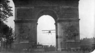 Unglaubliches Manöver: mit dem Doppeldecker durch den Arc de Triomphe