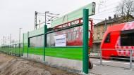 Soll vor Zuglärm schützen: Das Element einer Schallschutzwand in Lampertheim