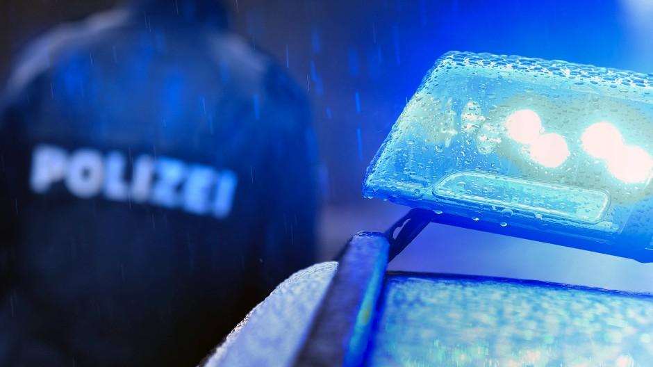 Einsatz: Nach dem Unfall auf der Landesstraße zwischen Schlüchtern und Steinau traf eine Polizeistreife auf eine tote Frau und einen schockierten Autofahrer