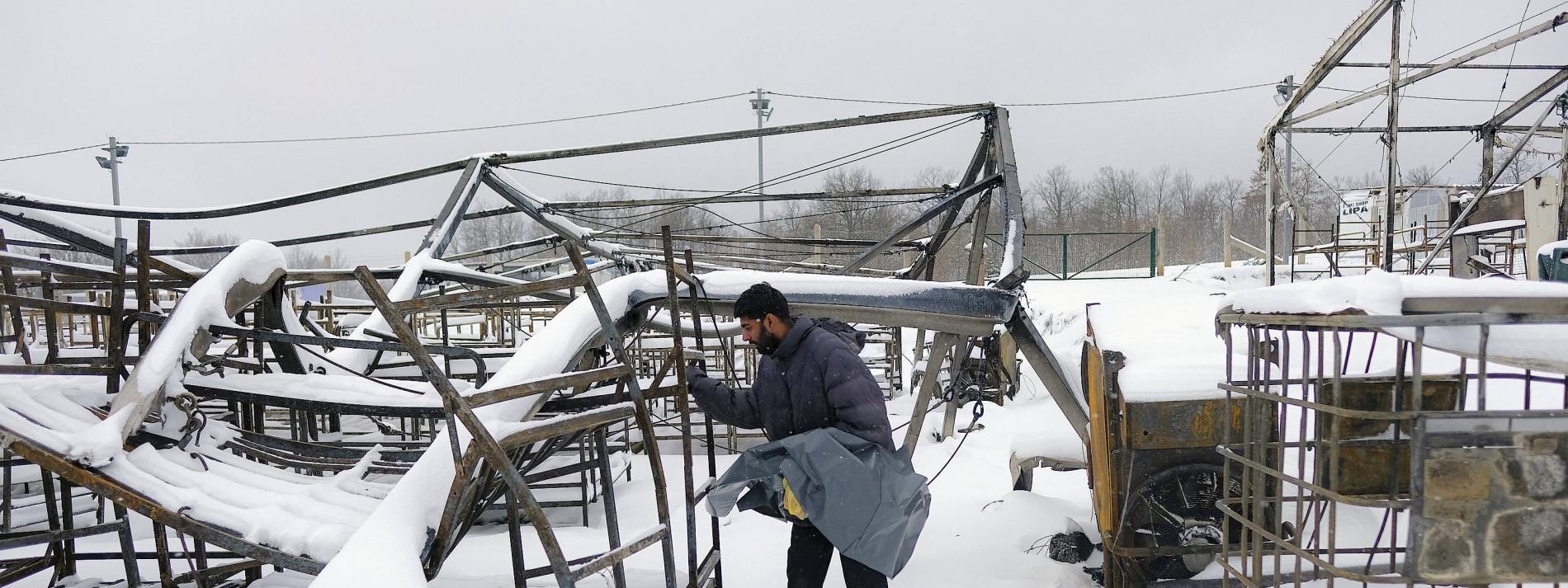 Hunderte Migranten kampieren bei Schneefall in Bosnien im Freien