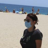 Junge Frau Mitte Juli am Strand von Calvia/Spanien