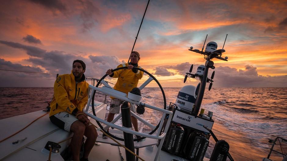 Malerisch: Die TTOP-Crew erwischt kurz vor dem Einbruch der Dunkelheit wenigstens noch ein wenig Wind.