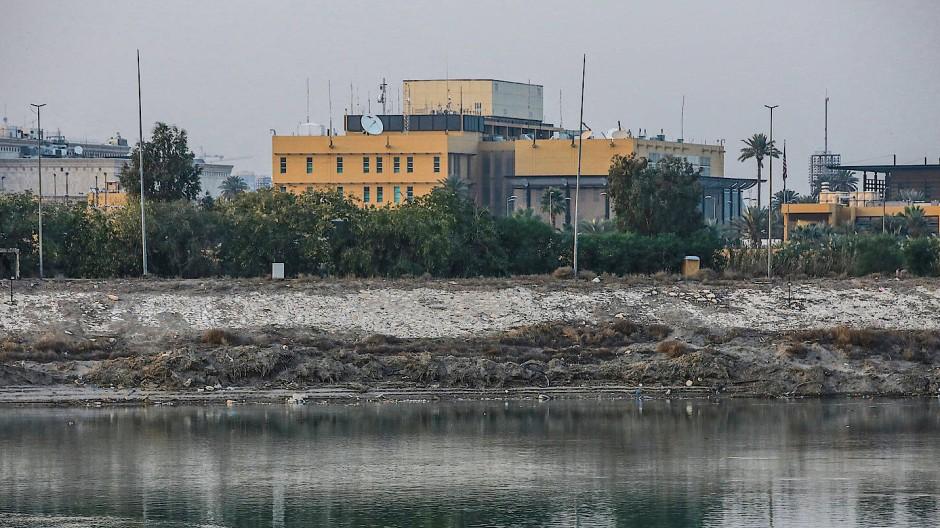 Gelände getroffen: Die amerikanische Botschaft am Fluss von Tigris in Bagdad, Irak.