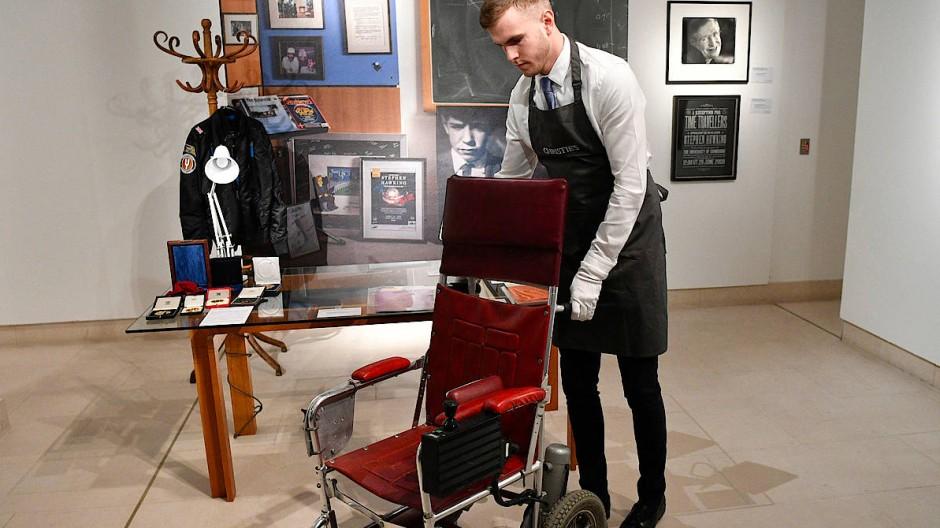 Stephen Hawkings Rollstuhl wird versteigert