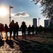 Zahlreiche Menschen in Frankfurt zieht es bei gutem Wetter während des Lockdowns zum Spazierengehen ans Mainufer.