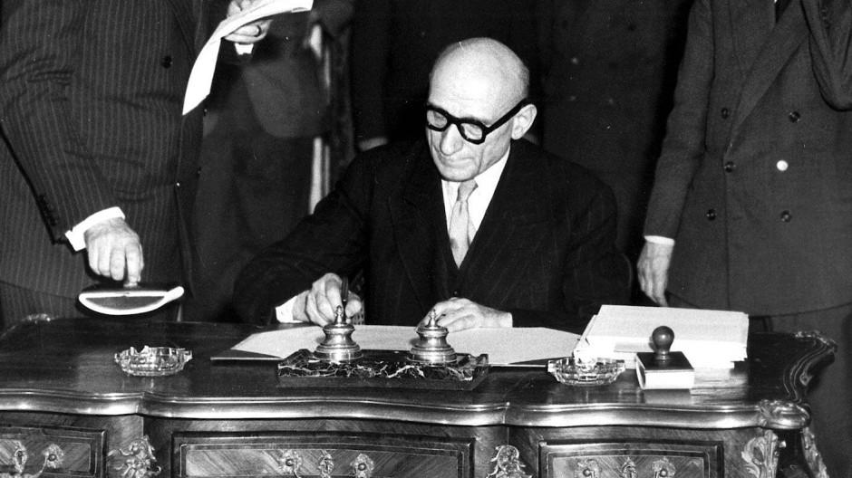 Der damalige französische Außenminister Robert Schumann während einer Vertragsunterzeichnung am 18. April 1950