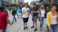 Abgelenkt: Henri Johna (links) und Malte Schäfer suchen Monster.