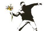 """""""Love is in the air"""" nennt Banksy sein Graffito. Der britische Künstler sprühte so einen Blüten-Bomber schon auf Mauerwerk, Holz, Haus- sowie Leinwände und druckte ihn auch auf Platten- und Buchcover."""