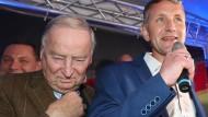 Der alte Mann und sein Günstling: Alexander Gauland (links), Bundesvorsitzender der AfD, und Björn Höcke, Vorsitzender der AfD in Thüringen, reagieren auf die ersten Prognosen der Landtagswahl in Thüringen.