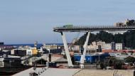 Italien, Genua: Blick auf die am Vortag eingestürzte Autobahnbrücke Morandi