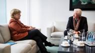 Bundeskanzlerin Angela Merkel (CDU) unterhält sich am Donnerstag im Bundeskanzleramt in Berlin mit Schauspieler Richard Gere.