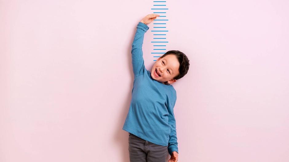 Kinder wachsen nicht linear. An Wachstumskurven lässt sich ablesen, ob sich die Körpergröße normal entwickelt.