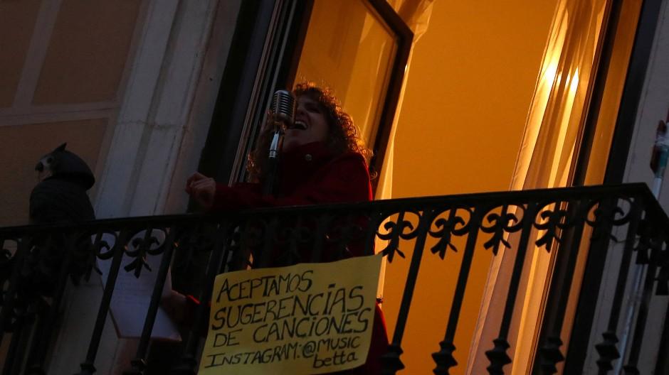 """""""Wir akzeptieren Lied-Vorschläge"""": Balkon-Sängerin in Madrid"""