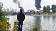 """Ein Schaulustiger betrachtet die Rauchwolken. """"Da sind vor allem die Leute betroffen, die dort arbeiten"""", sagt ein Ludwigshafener."""