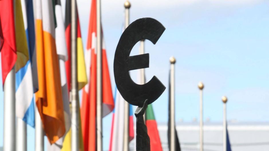 Der Euro als Symbol der Einheit: Statue vor dem Europäischen Parlament in Brüssel