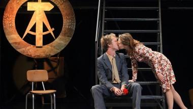 """Schauspielhaus Magdeburg, September 2014: Szene aus der Theaterfassung des DDR-Romans """"Spur der Steine"""" (1964) von Erik Neutsch"""