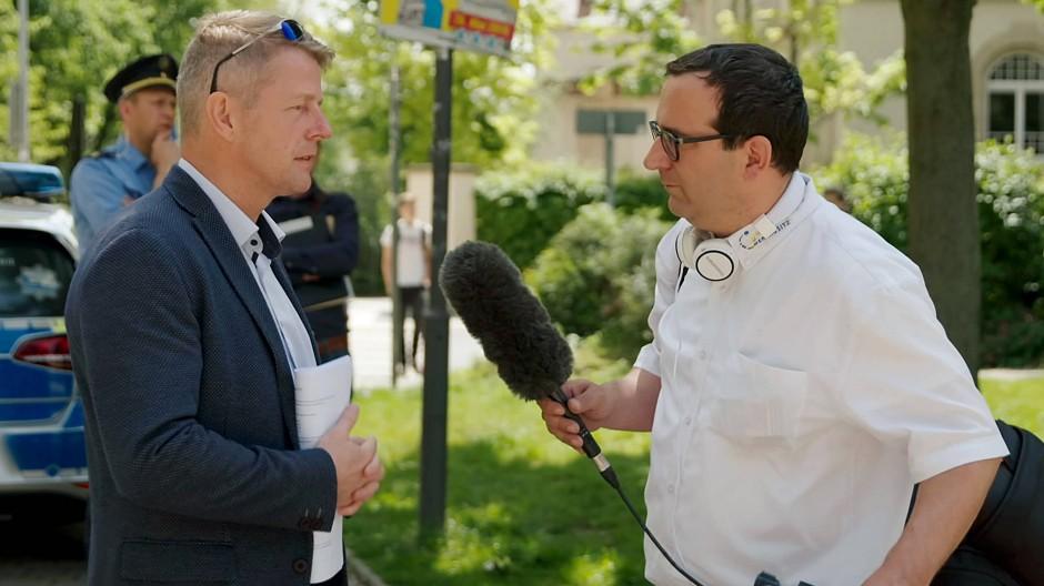 Szenen aus dem Stadtleben: Der AfD-Bundestagsabgeordnete Karsten Hilse (links) im Interview mit David Vandeven von Ostsachsen TV