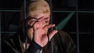 """Wladimir mordete für den vermeintlich kostbaren Ring aus Blech. Doch der Ring, hier in den Händen von Fürchtegott Lehmann (Florian Teichtmeister), hat eine Inschrift:: """"Und die Liebe höret nimmer auf."""""""