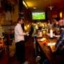 Schauen teures Bezahlfernsehen: Fußballfans in einer spanischen Kneipe in München