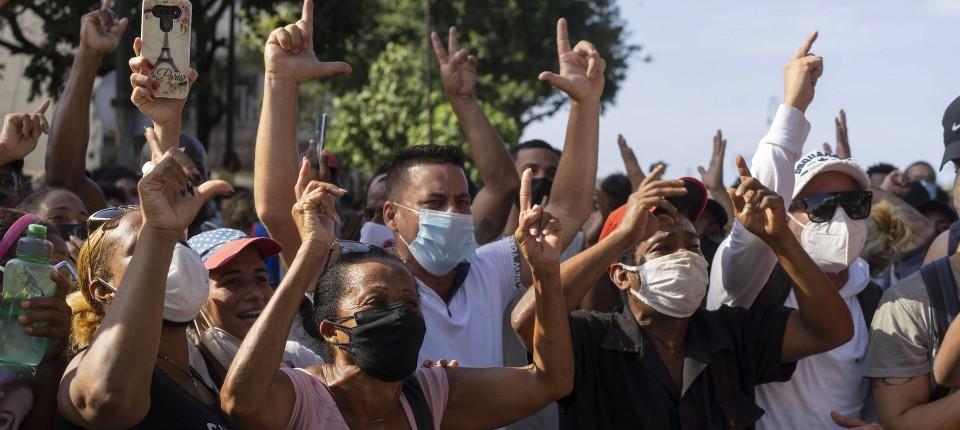 Bei den Protesten vergangenen Sonntag gehen Menschen in Havanna auf die Straße.