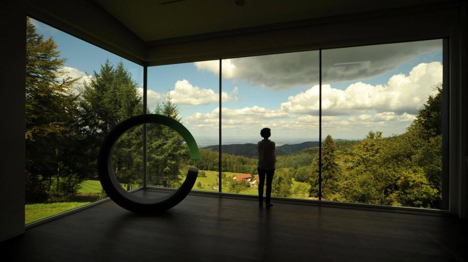 Kunstscheune mit Ausblick: Das Wohnzimmer ist geräumig – und bietet einen Blick bis ins Rheintal