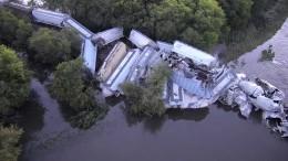 Entgleister Zug rutscht in Fluss