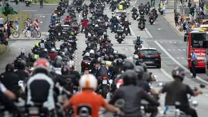 Tausende Biker bei Motorraddemo in Wiesbaden