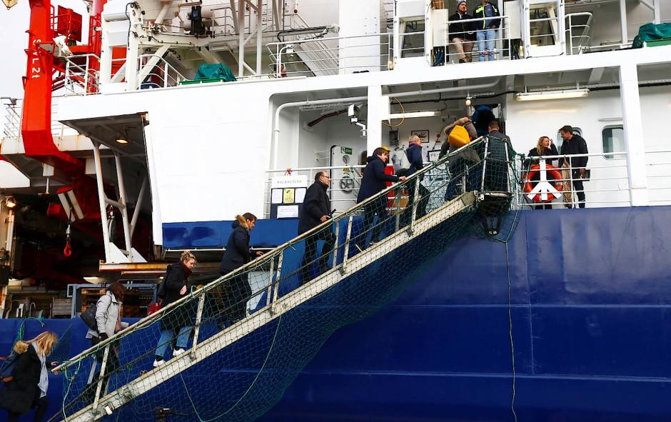 Alle Mann und Frauen an Bord: Die Polarstern ist bereit zum Ablegen.