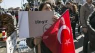 Angst vor dem Tag nach dem Referendum: Diese Frau im Istanbuler Viertel Besiktas wirbt für ein Nein.
