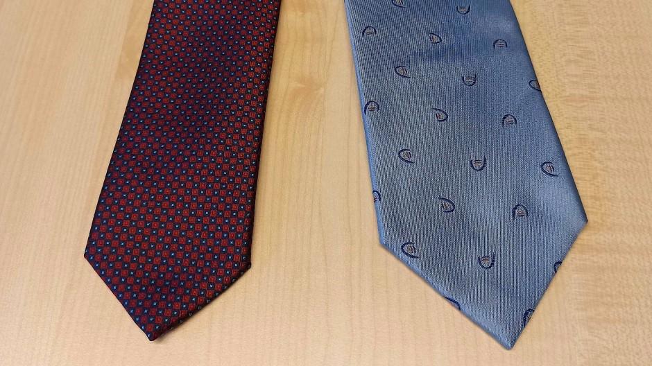 Zwei Krawatten, die während der kroatischen EU-Ratspräsidentschaft 2020 (links) und während der deutschen Ratspräsidentschaft 2007 unter anderem an EU-Politiker und -mitarbeiter verschenkt wurden.