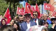In Soma wurde vor Kurzem der Opfer des Grubenunglücks vor vier Jahren gedacht. Auch der Muharrem Ince (Mitte), Präsidentschaftskandidat der Oppositionspartei CHP,  war anwesend.