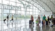 Ab in den Süden: Fluggäste haben Anspruch auf Entschädigung, wenn sie später landen als geplant.