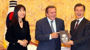 Wer ist die Neue von Gerhard Schröder?