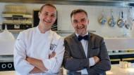 Johannes King (rechts) und Jan-Philipp Berner stehen in der Küche des Söl'ring Hof.
