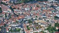Hat Potential: Fulda ist zwar zehnmal kleiner als Frankfurt. Aber die Kreisstadt bietet Investoren auf dem Wohnungsmarkt attraktivere Renditechancen als die große Metropole. Das Luftbild zeigt die Stadt im Jahr 2010.