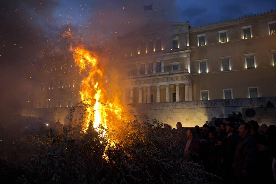 Feuer vor dem Parlament: Auf dem Syntagma-Platz wollen die Bauern von Freitag auf Samstag in Zelten übernachten.