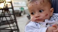Baby überlebt zerstörerischen Luftangriff auf Elternhaus