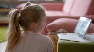 Homeschooling - Aufgrund der geschlossenen Schulen während des Lockdowns sind Eltern und Kinder auf Hausunterricht angewiesen.