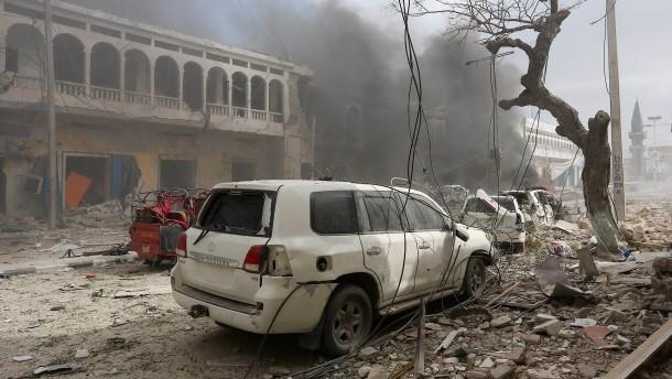 Mindestens 18 Tote bei Anschlag auf Hotel