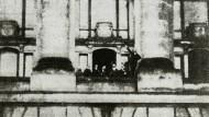 So könnte es gewesen sein: Die Ausrufung der Republik durch Philipp Scheidemann in einer nachgestellten Aufnahme aus den 1920er Jahren.