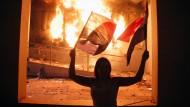 Demonstranten stürmen Parlament und legen Feuer