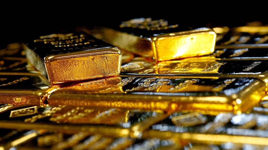 Goldbarren liegen auf einem Tisch – für ein Kilogramm Gold zahlt man aktuell knapp 50.000 Euro.